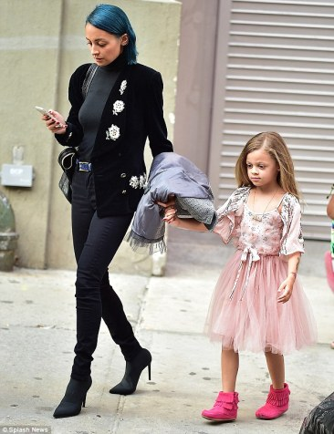 1408528395526_wps_4_Nicole_Richie_and_Daughte